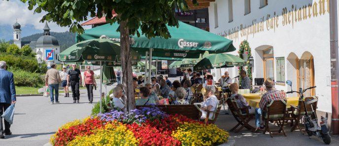 Gasthof Batzenhäusl mit Blumen